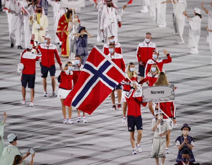 FULGTE REGLENE: Den norske troppen hadde gjort hjemmeleksa si. Alle bar munnbind under innmarsjen. Foto: NTB