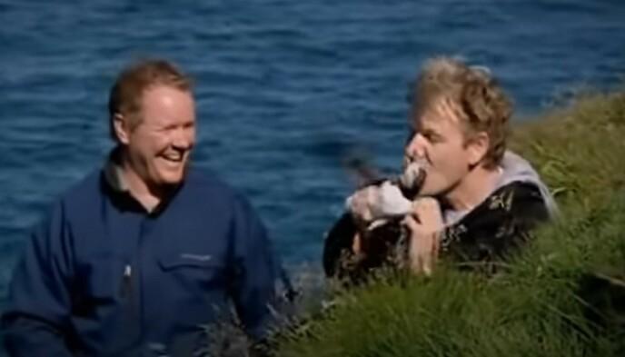 KARMA: Gordon Ramsay ble bitt i nesen da han skulle fange en lundefugl. Foto: Skjermdump YouTube
