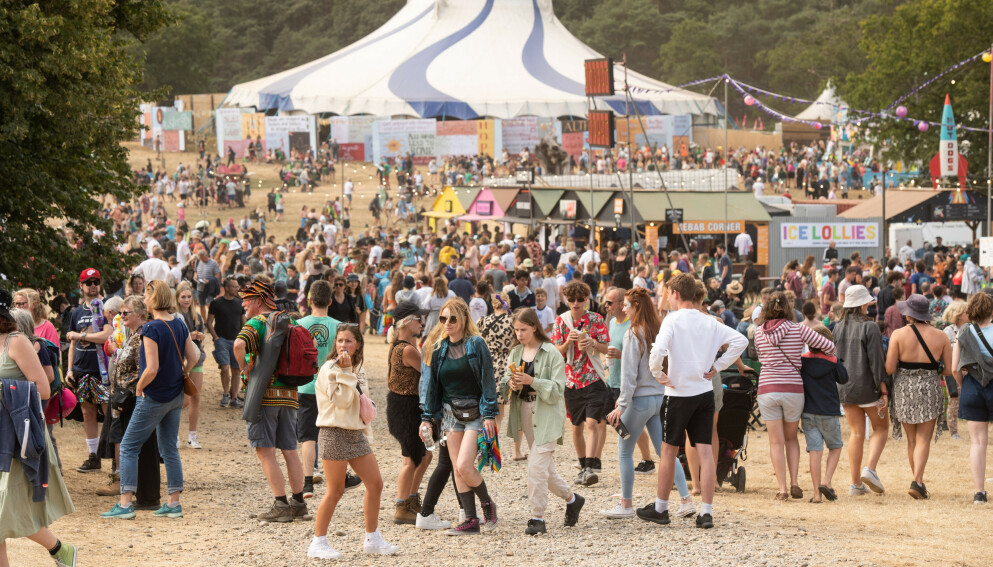 FESTIVALSTEMNING: Igjen kan britene ta conversa og festivallooken fatt – tross stigende smittetall. Her fra Latitude festival i Southwold fredag. Foto: Matt Crossick / Empics / NTB