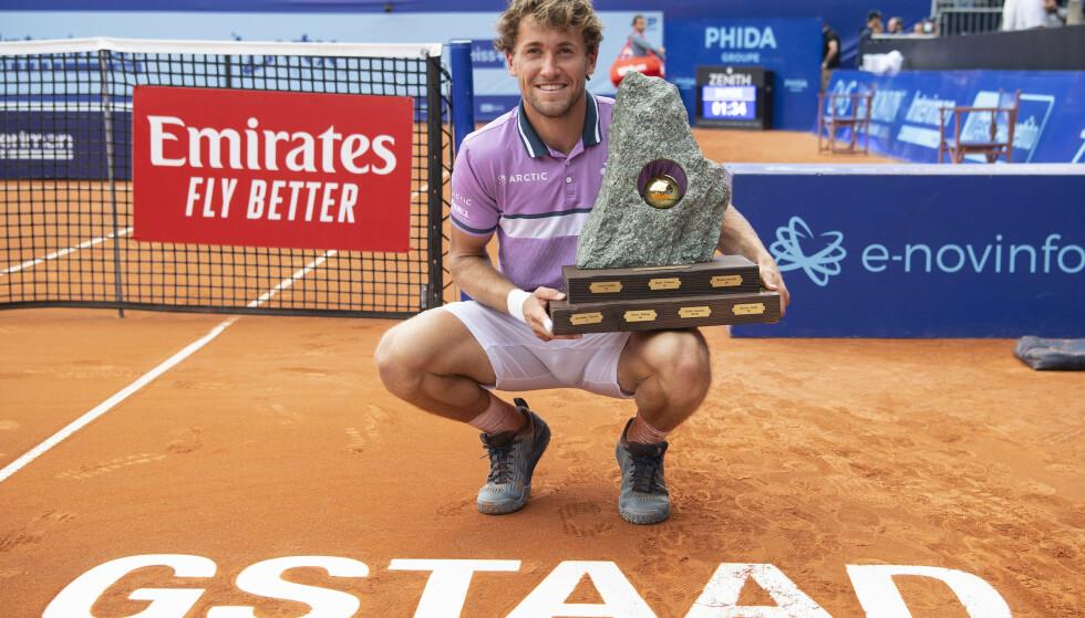 SUKSESS: Casper Ruud vant finalen i Swiss Open søndag formiddag. Foto: Peter Schneider/AP/NTB