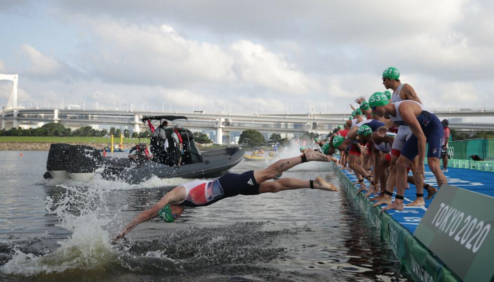 MERKELIG: Båten med fotografer blokkerte starten til utøverne. Foto: REUTERS/Hannah Mckay