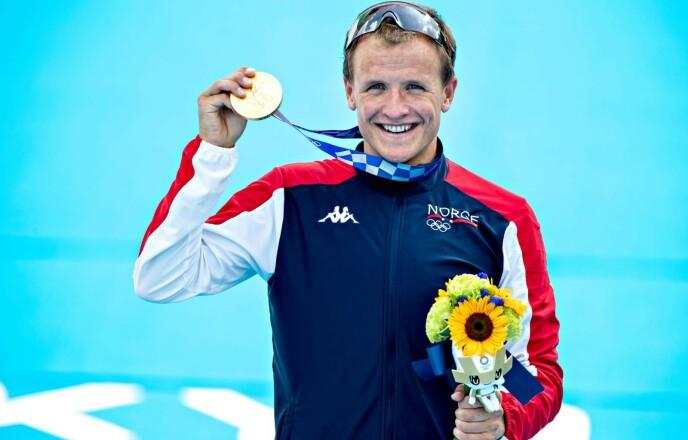 GULLGUTT: Kristian Blummenfelt hadde kommet til hektene igjen da han mottok gullmedaljen. Foto: Bjørn Langsem