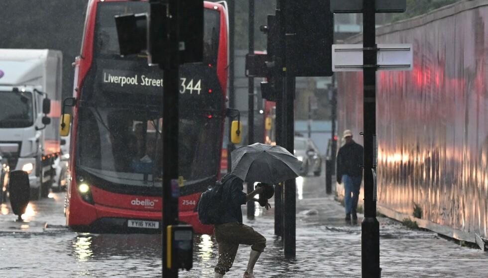 FLOM: Det er sendt ut flomvarsel flere stedet i London de siste dagene. Foto: Justin Tallis / AFP / NTB