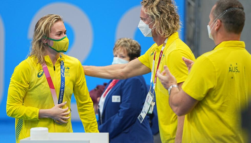 ROET SEG NED: Ariarne Titmus sammen med treneren etter medaljeseremonien. Foto: NTB