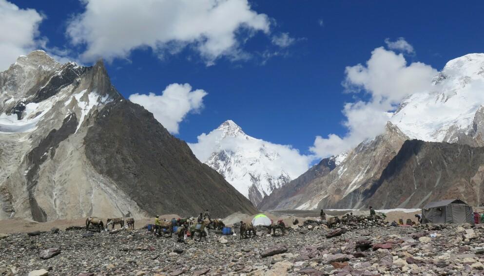 NY RUTE: De tre erfarne klatrerne skulle prøve seg på en ny rute opp K2, for å samle inn penger til veldedighet. Foto: Amelie Herenstein / AFP / NTB