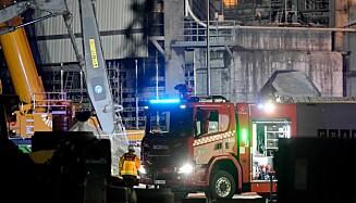 SLOKNINGSARBEID: Brannvesenet er på stedet, og slokningsarbeid er påbegynt mandag kveld. Foto: Fredrik Hagen