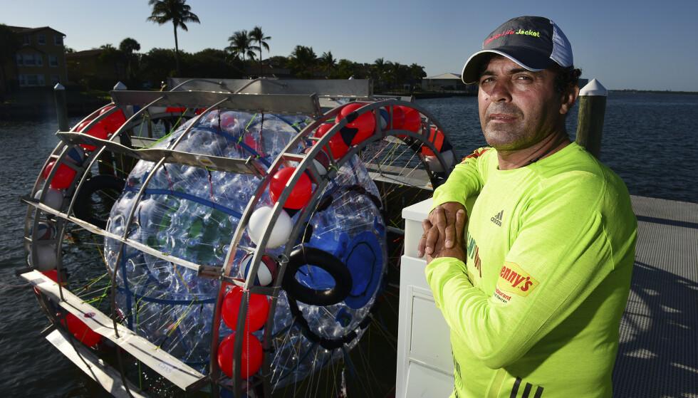IKKE FØRSTE GANG: Det er ikke første gang Baluchi tar hjulet fatt for å krysse lange strekninger. Her fra da han forsøkte å komme seg til Bermuda i 2016. Foto: Jim Rassol / South Florida Sun-Sentinel / AP / NTB