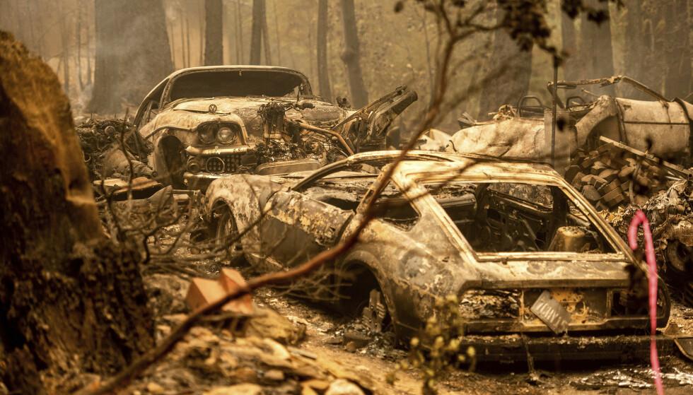DIXIE: Brannen Dixie har stort sett ikke rammet boliger, men har brent ned flere biler. Foto: AP/NTB