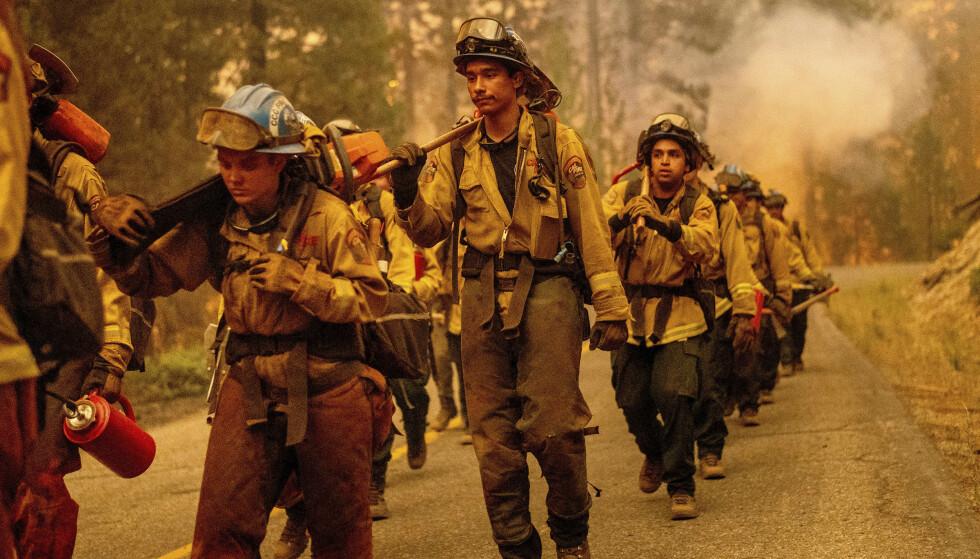 KJEMPER: Brannmanskap kjemper mot flammene . Foto: AP/NTB