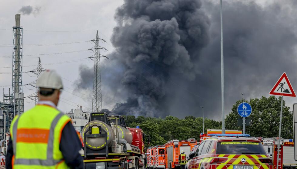 RØYK: Tykk svart røyk steg opp fra et område som ligger om lag 20 kilometer nord for Köln. Foto: Oliver Berg / DPA / AP / NTB