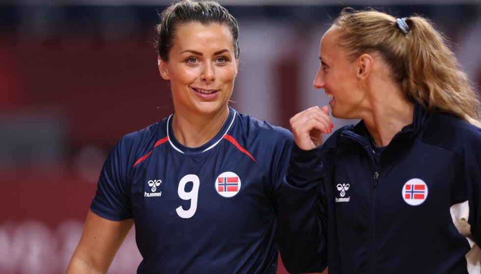 BLID: Nora Mørk smilte sammen med Camilla Herrem etter seieren mot Angola. Foto Bjorn Langsem / Dagbladet