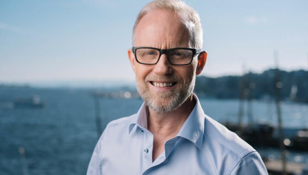 SPENT: TV 2s fotballkommentator Øyvind Alsaker er spent på nyervervelsen til Ole Gunnar Solskjær. Foto: TV 2.
