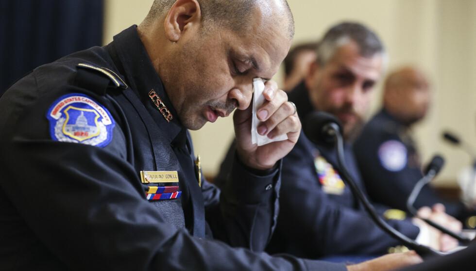 TÅRER: Betjent Aquilino Gonell slet med å holde tårene tilbake da han fortalte om arbeidsdagen i Kongressen 6. januar. Foto: Oliver Conteras / AP / NTB