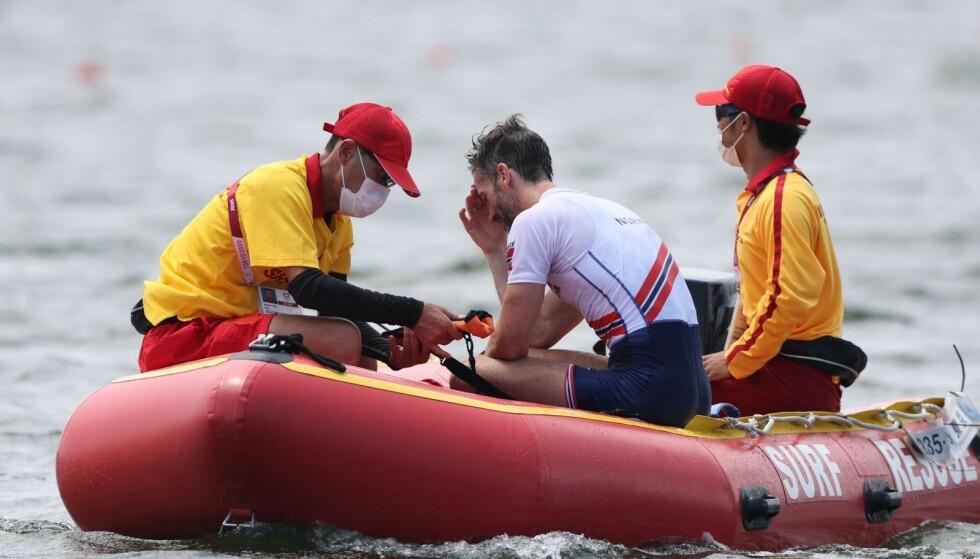 LANGT NEDE: Are Standli fortviler når han blir plukket opp av hjelpende båt.