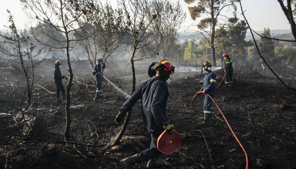 HERJER: Brannmannskap i Athen, Hellas, jobber på spreng for å holde brannenne under kontroll. Foto: AP/NTB