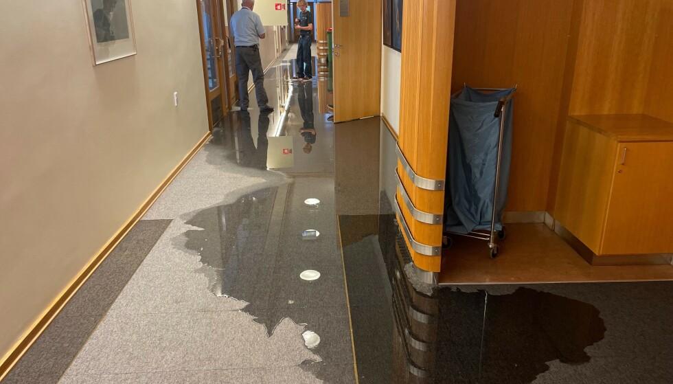 VANN: Det flyter vann på gulvene i flere etasjer på Stortinget. Foto: Andrea Tviberg Frammarsvik