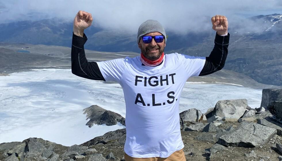 PÅ TOPPEN: Godt inne i sykdomsforsløpet kom Glenn Råna seg til toppen av Galdhøpiggen. Foto: Privat