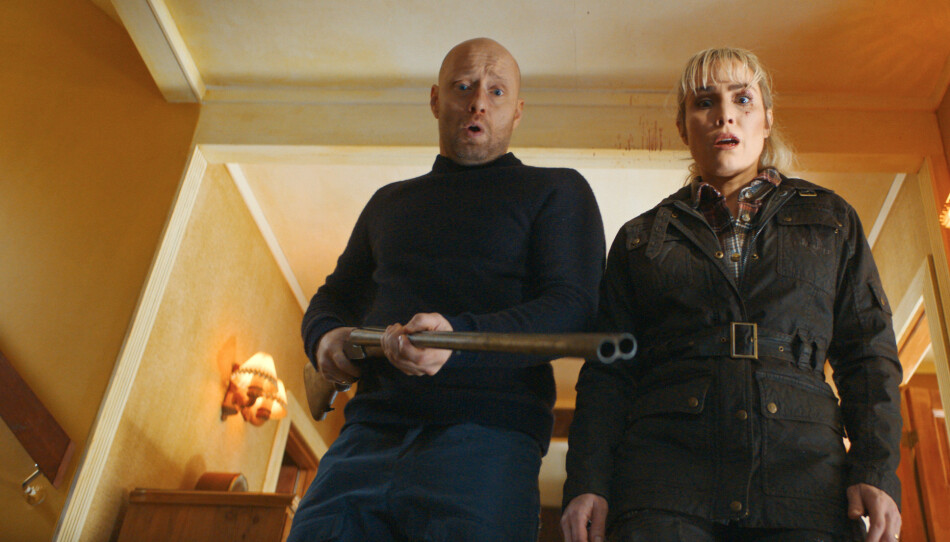 BRILJERER. Både Aksel Hennie og Noomi Rapace gjør strålende roller i «I gode dager». Foto: SF Studios