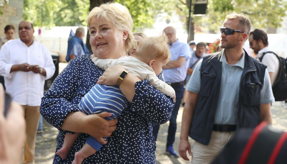 BABYBOOM: Det fødes barn som aldri før på Frøya i Trøndelag. I dag fikk kommunen besøk av Erna Solberg, etter at hun først startet årets Høyre-valgkamp i Trondheim. Foto: Beate Oma Dahle / NTB