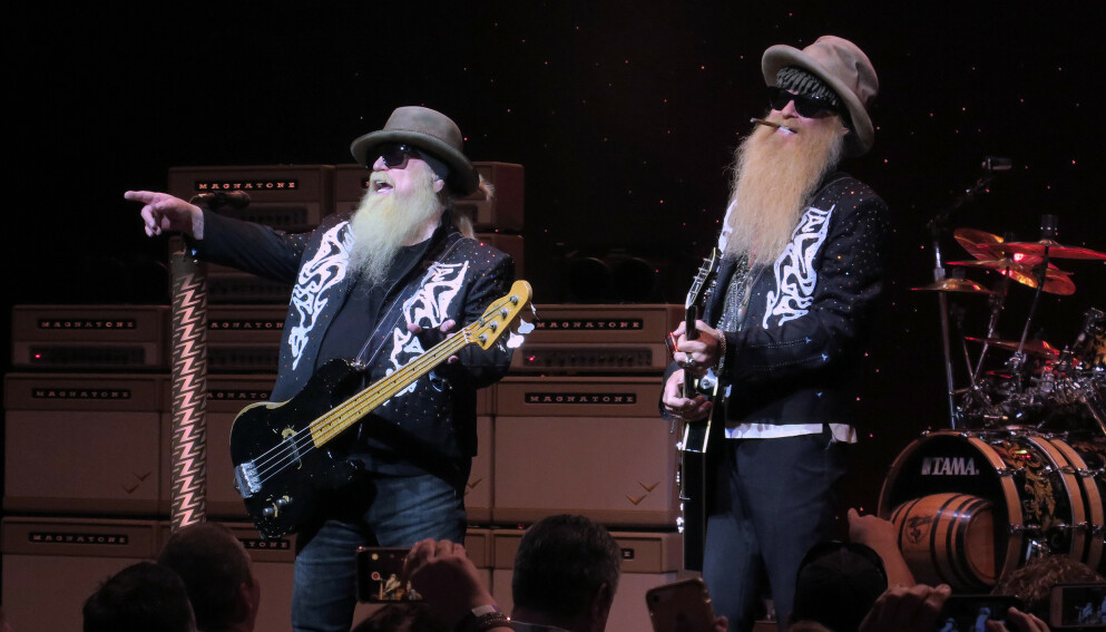 DØD: Dusty Hill (til venstre) har gått bort, 72 år gammel. Her er han med bandkamerat Billy Gibbons under konsert i 2019. Foto: Paul Hennessy / Nurphoto/ Shutterstock /NTB