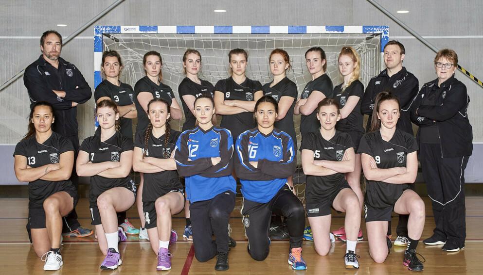 FÅR STØTTE: De norske beachhåndballjentene får støtte fra New Zealands kaptein, Erin Roxburgh-Makea. Her på første rekke helt til høyre. Foto: New Zealand Handball Federation