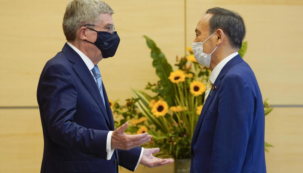 TOPPMØTE: OL-president Thomas Bach (t.v.) hilser på Japans president, Yoshihide Suga. Foto: NTB