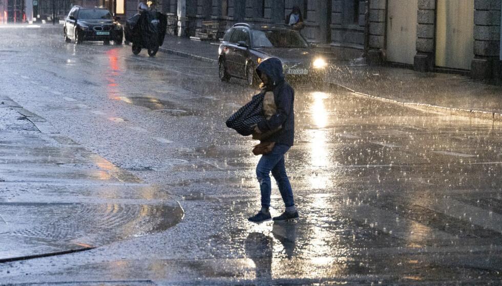 REGNTUNGT: Meteorologene melder store mengder nedbør den kommende uka. Et tips kan være å ha paraplyen lett tilgjengelig. Foto: Geir Olsen / NTB