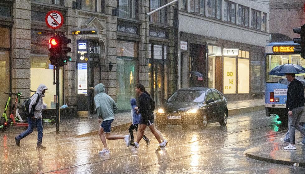 STYRTREGN: Det er foreløpig ikke sendt ut farevarsel på styrtregn i dagene som kommer, men det kan fort komme. Her fra en skikkelig regnskur i Oslo tirsdag kveld. Foto: Geir Olsen / NTB