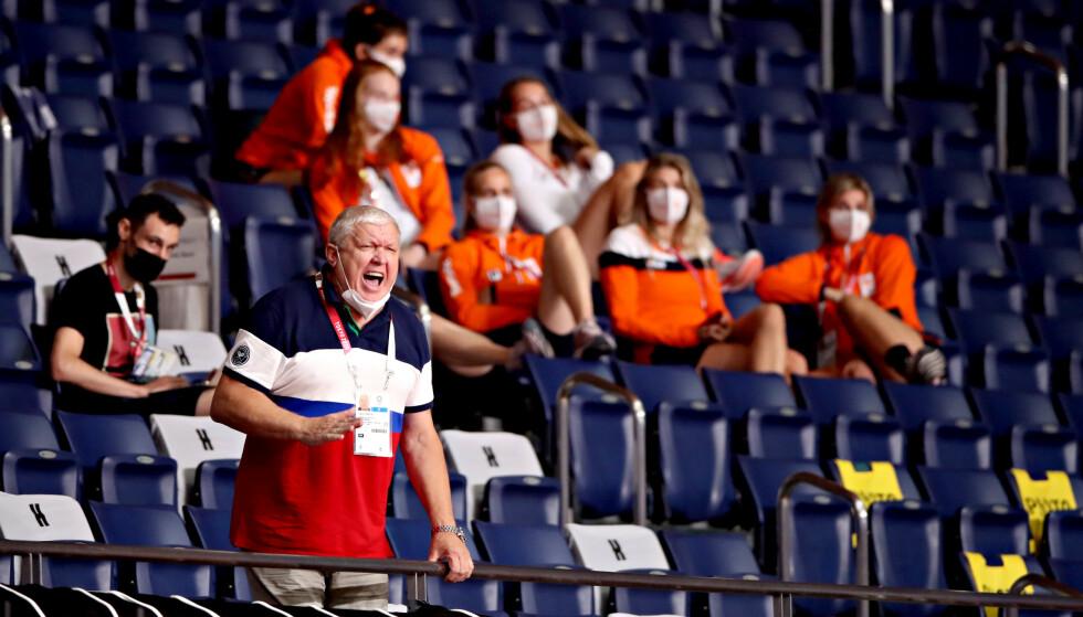 VITNER: Jevgenij Trefilov ropte illsint fra tribunen. Bak følger flere av spillerne på det nederlandske landslaget med. Foto: Bjørn Langsem / Dagbladet