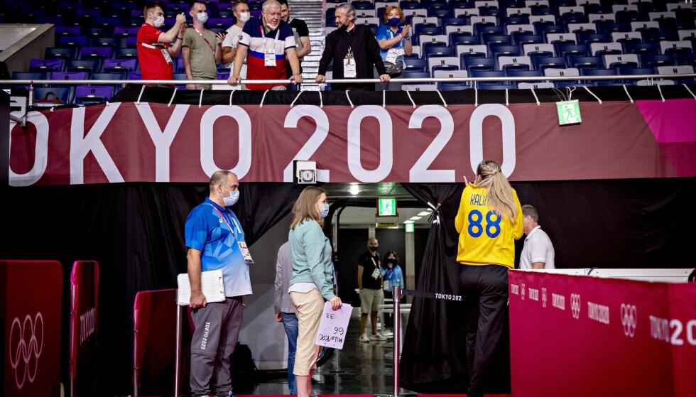 INSTRUERTE Jevgenij Trefilov kommuniserer med keeper Viktoriia Kalinina fra sin plass på tribunen. Foto: Bjørn Langsem / Dagbladet