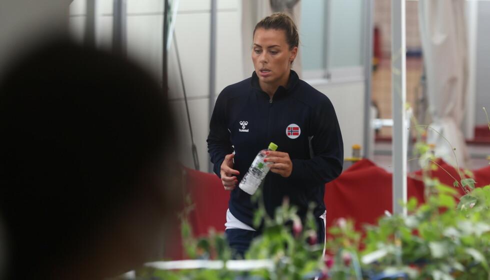 SEIER: Nora Mørk på vei inn i arenaen for Norge mot Montenegro torsdag. Foto: Bjørn Langsem / Dagbladet