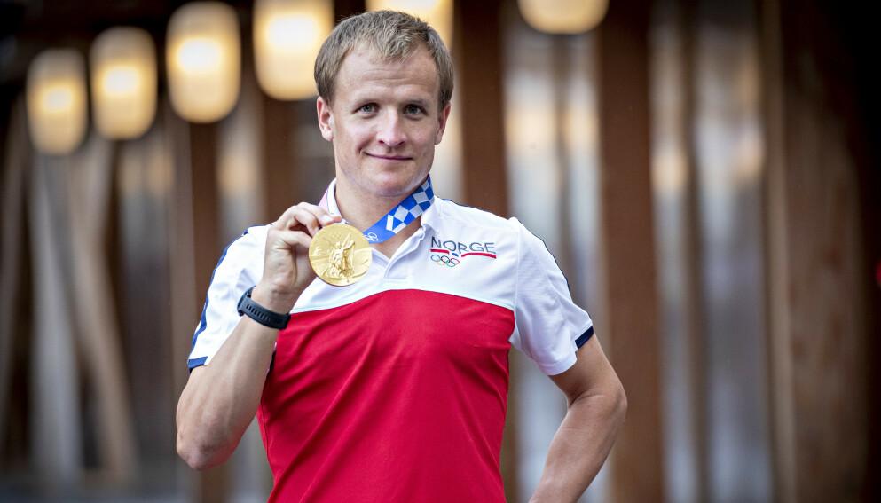MEDALJEN: Kristian Blummenfelt med sin olympisk gullmedalje i triatlon internasjonal sone i Olympic Village. Foto: Bjørn Langsem / Dagbladet
