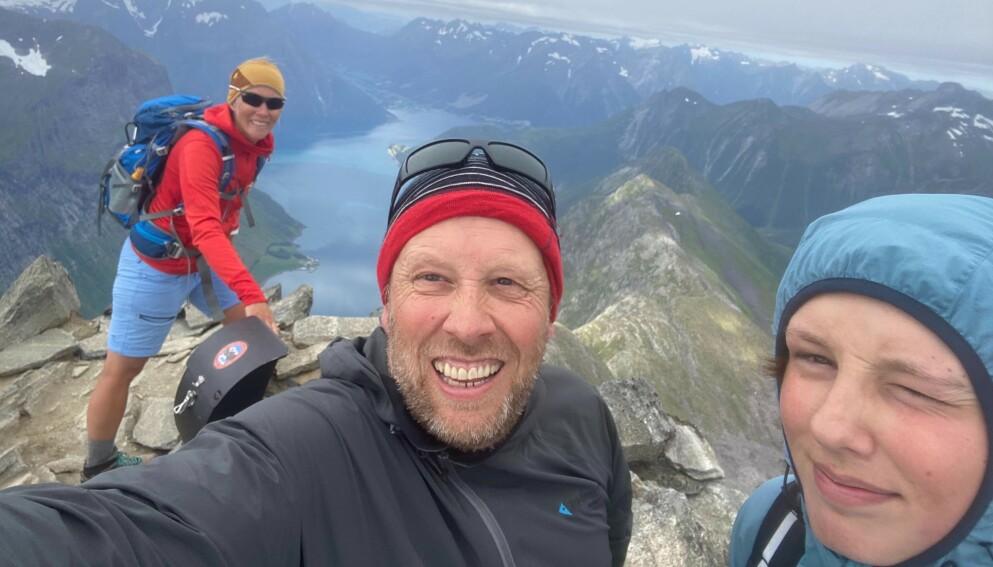 TOPPTUR: Truls Engström (53) var i sommer på topptur på fjellet Slogen, som er en del av Sunnmørsalpene, sammen med kona Åsa (t.v.) og sønnen Felix (t.h.). Foto: Privat