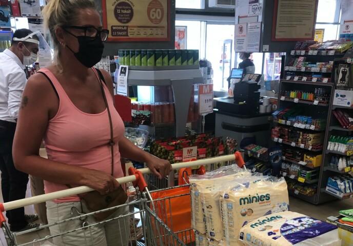 Azione VIPPS: ecco Nina Hansen nel negozio per acquistare aiuti di emergenza per le vittime degli incendi a Manafjarat, con i soldi del gruppo VIP che lei e suo marito hanno iniziato venerdì.  Foto: privato.