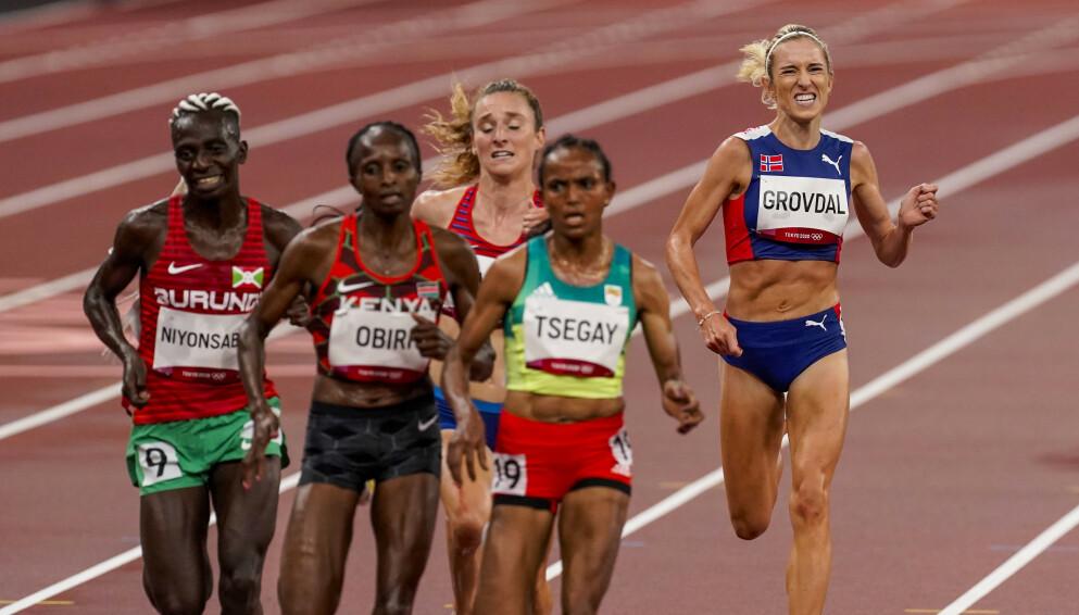 GA ALT: Karoline Bjerkeli Grøvdal (t.h.) ble til slutt nummer fem. Foto: Lise Åserud / NTB