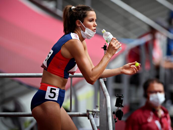 SLUKKER TØRSTEN: Amalie Iuel tar en slurk vann på sidelinja på Olympiastadion.