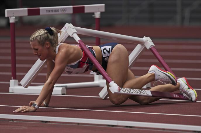 KAOS: Jessie Knight klarer ikke å komme over den første hekken og blir liggende og kave. Foto: NTB