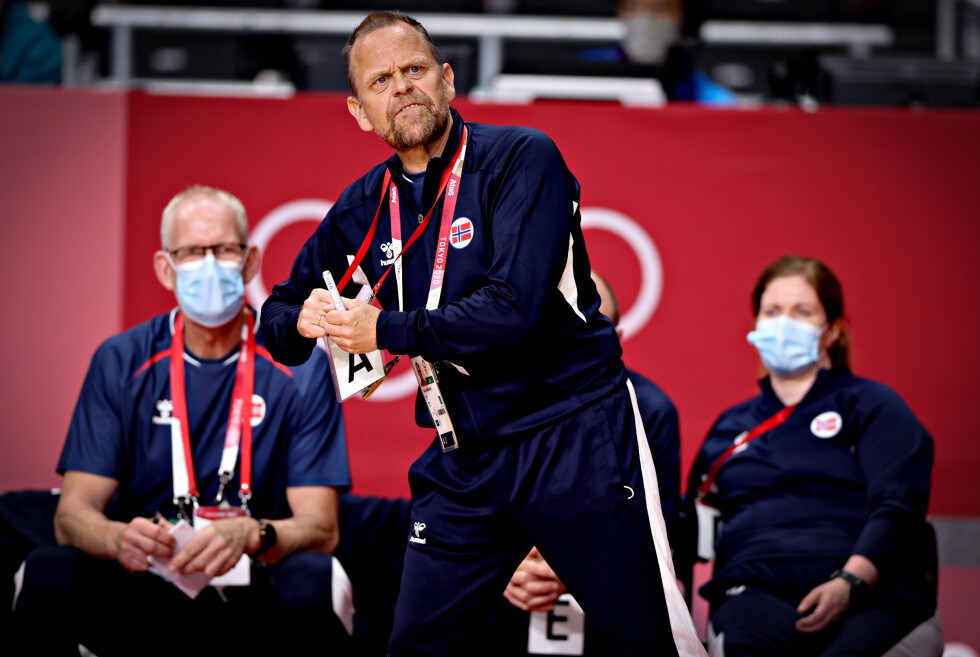 TOK GREP: Thorir Hergeirsson og trenerteamet ga det norske laget klar beskjed i den andre omgangen. Foto: Bjørn Langsem