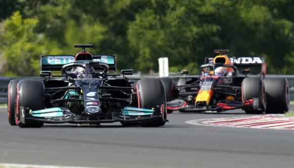 KVALIFISERING: Hamilton og Verstappen under dagens kvalifisering på Hungaroring. Foto: Darko Bandic / PA
