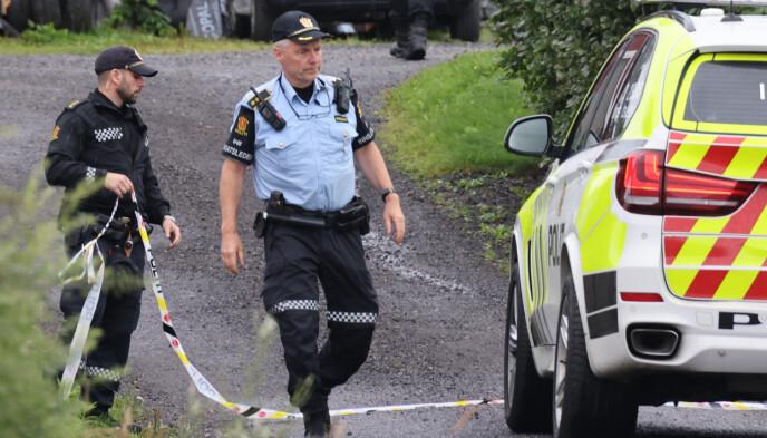 UNDERSØKELSER: Politiets innsatsleder Knut Hammer, sier til Dagbladet at de gjennomfører tekniskte undersøkelser på stedet. Saken etterforskes som drap, og én person er pågrepet. Foto: Geir Olsen / NTB