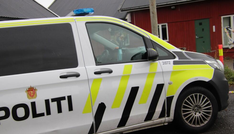 AVSPERRET: Politiet har avsperret området etter en litauisk mann i slutten av 50-årene ble funnet død natt til søndag på en adresse på Fjellhamar i Lørenskog. Saken etterforskes som drap. Foto: Stian Drake/ Dagbladet