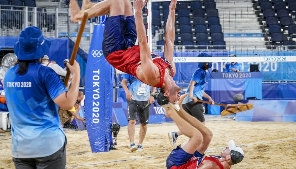 LEKENT: Norges Anders Mol og Christian Sorum hopper baklengs etter seieren i strandvolleyball mot Nederland i OL Tokyo søndag. Foto: Heiko Junge/NTB