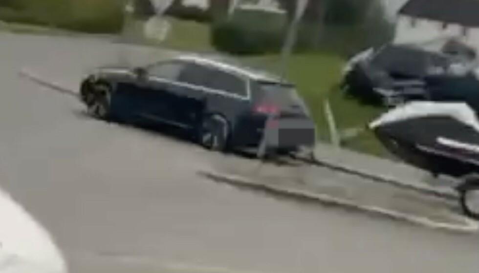 HER SKJER DET: Bildet viser bilen som stikker av med vannscooteren. Foto: Privat