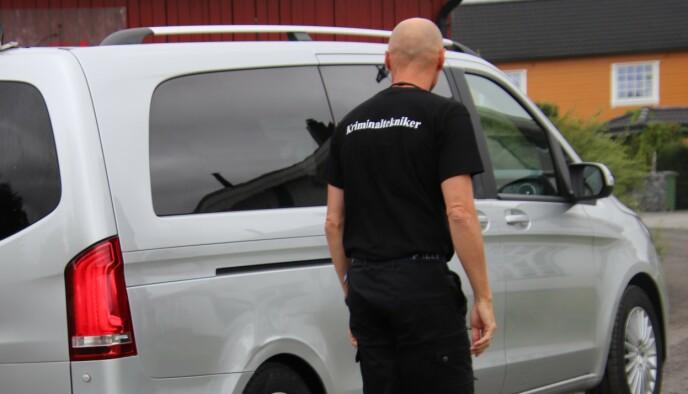 ETTERFORSKES: Da Dagbladet var ved eiendommen søndag, var kriminalteknikere på stedet for å gjennomføre undersøkelser. Foto: Stian Drake / Dagbladet