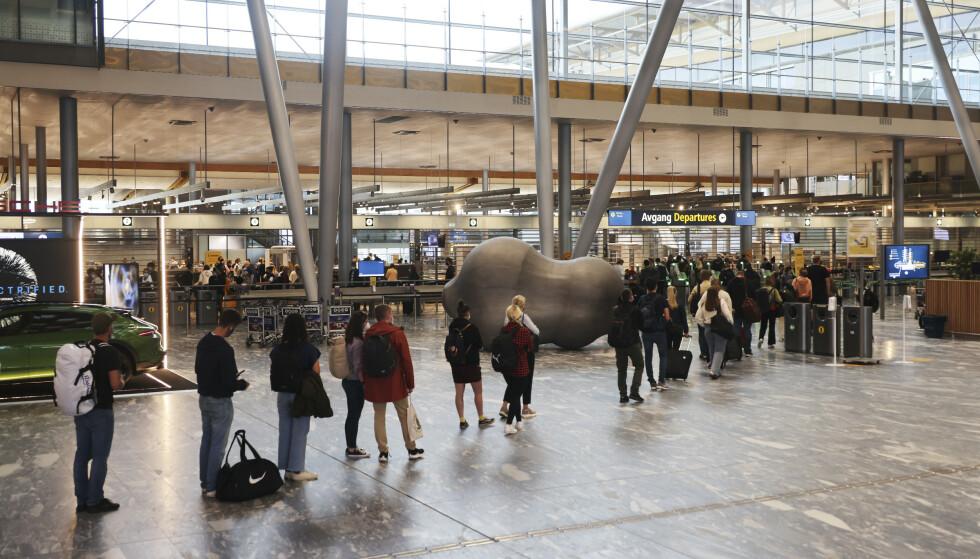 GARDERMOEN: Slik så det ut i avgangshallen på Oslo Lufthavn Gardermoen søndag kveld. Foto: Geir Olsen / NTB