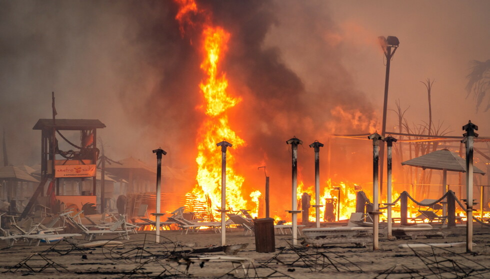 STORBRANN: Det brenner kraftig i flere populære ferieområdet i Sør-Europa. Her fra en nedbrent badestrand på Sicilia i Italia. Foto: Roberto Viglianisi / Reuters / NTB