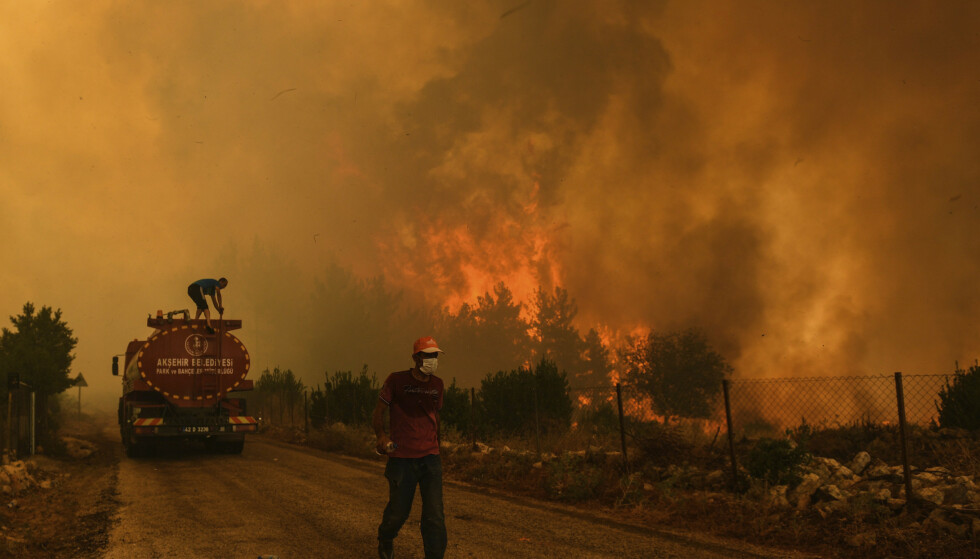 NEDBRENT: Mye vegetasjon og mange hus er nedbrent i storbrannen som herjer i Antalya i Tyrkia. Foto: AP / NTB
