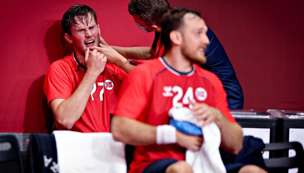 SMELL: Fysioterapeut Harald Marcussen sjekker Magnus Ablevik Rød. I forgrunnen sitter en skadet Christian O'Sullivan. Foto: Bjørn Langsem / Dagbladet