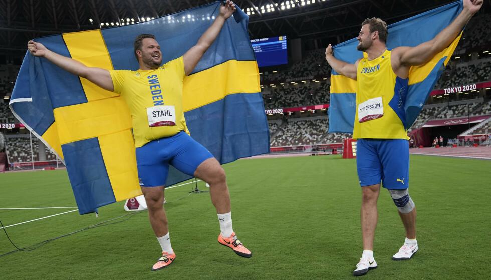 SVENSKE MEDALJEHELTER: Daniel Ståhl og Simon Pettersson. Foto: AP Photo/David J. Phillip