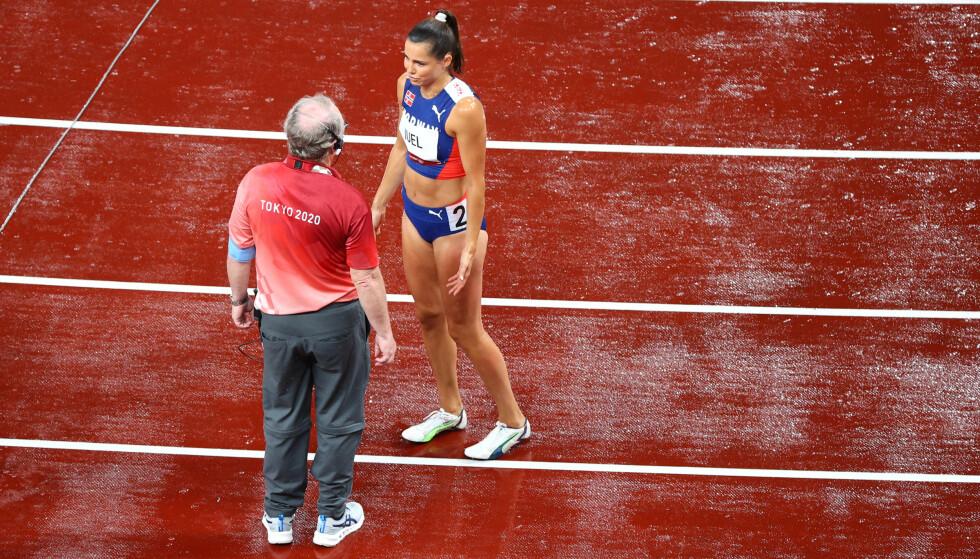 DRAMA: Amalie Iuel snakker med en funksjonær etter at hun startet for tidlig. Foto: NTB